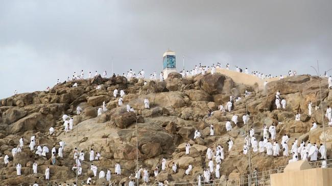Jemaah haji melaksanakan wukuf di Arafah, Kamis (30/7) atau 9 Zulhijah.