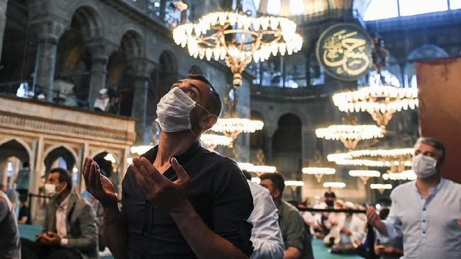 Salat Ied Hari Raya Iduladha 1441 Hijriah perdana di Masjid Hagia Sophia pada Jumat (31/7) dihadiri ribuan muslim muslim warga Turki.Turki.