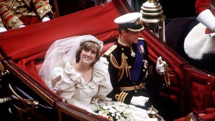 Sesuai tradisi Kerajaan Inggris, Putri Diana dan Pangeran Charles menikmati prosesi naik kereta dari tempat upacara pernikahan ke Istana Buckingham. (Foto: Istimewa)