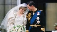 <p>Yang paling terkenal dari Royal Wedding Putri Diana dan Pangeran Charles, yakni foto yang menunjukkan ciuman pertama keduanya sebagai suami-istri di balkon Istana Buckingham. Tapi, foto manis ini menunjukkan keduanya tengah bersandar satu sama lain, bisa dibilang ini sama romantisnya. (Foto: Istimewa)</p>