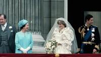 <p>Meskipun ada rumor bahwa Putri Diana memiliki hubungan yang rumit dengan Ratu selama bertahun-tahun, mereka tampak saling berbagi senyum pada penampilan pertama sebagai mertua dan menantu perempuan. (Foto: Istimewa)</p>