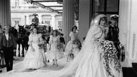 <p>Foto hitam putih saat kedua pengantin tengah berjalan ini merupakan salah satu foto candid di momen bersejarah tersebut. (Foto: Istimewa)</p>