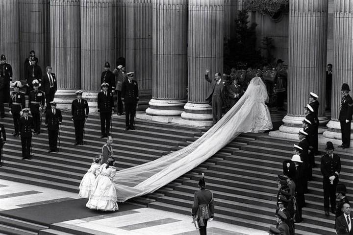 Gaun pengantin Putri Diana memiliki panjang yang luar biasa hingga 7,6 meter. Dikutip dari Insider, foto ini diambil beberapa saat sebelum dia memasuki St. Paul's Cathedral, London. (Foto: Istimewa)