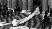 <p>Gaun pengantin Putri Diana memiliki panjang yang luar biasa hingga 7,6 meter. Dikutip dari <em>Insider</em>, foto ini diambil beberapa saat sebelum dia memasuki St. Paul's Cathedral, London. (Foto: Istimewa)</p>