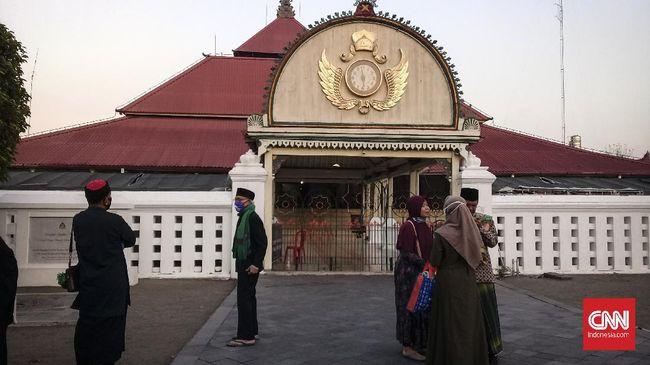 Di tengah pandemi Covid-19, Masjid Gedhe Kauman, Yogyakarta, membuka pintu untuk salat Iduladha. Jemaah dari luar daerah pun ikut serta.