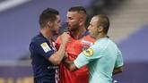 PSG menegaskan dominasi di Prancis dengan meraih trofi Piala Liga Perancis usai mengalahkan Lyon melalui babak adu penalti.