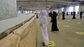 Ibadah haji di tengah pandemi Covid-19 membuat Arab Saudi menerapkan berbagai protokol kesehatan yang ketat, termasuk sterilisasi batu untuk lempar jumrah.