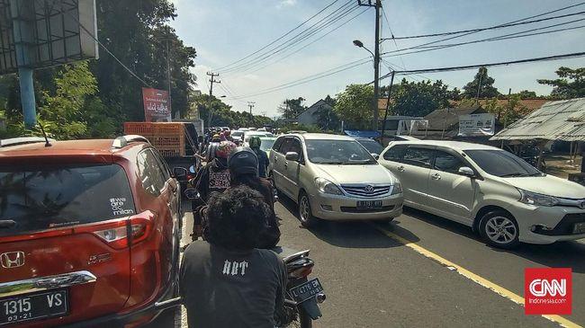 Polres Cilegon menjaga pos penyekatan di jalur wisata Pantai Anyer untuk mencegah kendaraan dari wilayah di luar Banten, masuk kawasan Anyer.
