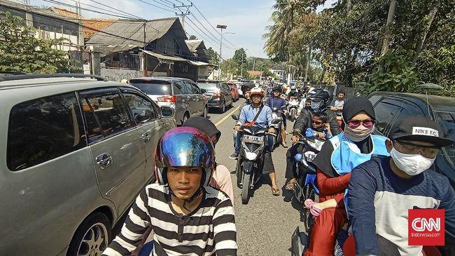 Kepadatan kendaraan wisatawan mulai terlihat dari Jalan Lingkar Selatan Kota Cilegon hingga Pasar Anyer, Banten. Sistem satu arah diberlakukan.