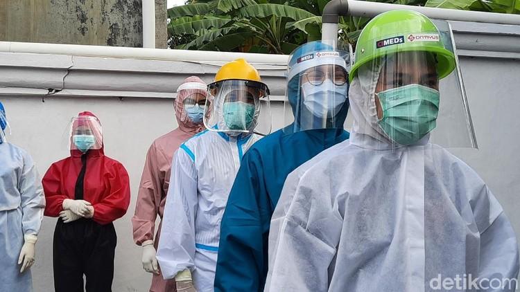 Dukungan bagi para petugas medis terus mengalir untuk memerangi Corona. Di Yogyakarta dilakukan peragaan busana APD sebagai bentuk apresiasi.