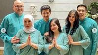 <p>Mengusung tema serba hijau, Tasya Kamila memilih menggunakan gamis panjang dan polos untuk busana Idul Adha. Tasya Kamila yang memilih siluet mermaid yang longgar ditambah bordir halus pada bagian tengahnya. Cantik dan elegan ya bisa menjadi inspirasi Bunda tampil modest serta kompak bareng keluarga. (Foto: Instagram)</p>