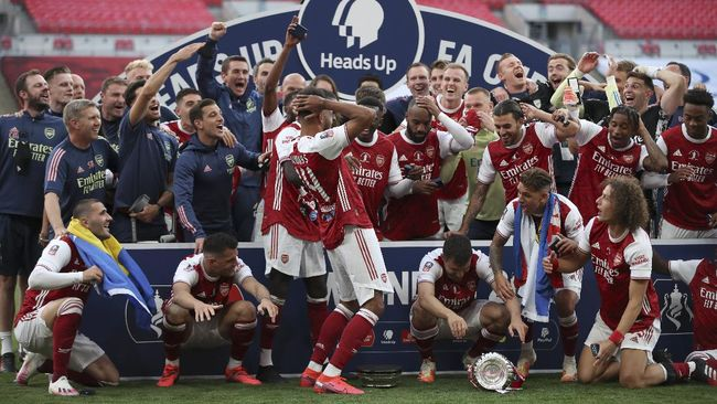 Pierre Emerick Aubameyang menjatuhkan dan merusak trofi Piala FA dalam prosesi penyerahan gelar juara pada Arsenal.