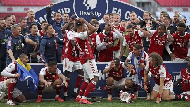 Pierre-Emerick Aubameyang menjatuhkan dan merusak trofi Piala FA. Berikut kronologi kejadian tersebut.