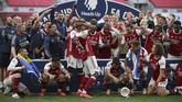 Pierre-Emerick Aubameyang sempat menjatuhkan trofi Piala FA saat proses perayaan gelar juara.