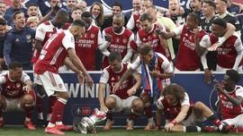 FOTO: Momen Aubameyang Rusak Trofi Piala FA