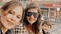 <p>Carisa mengajak sang ibu mertua untuk jalan-jalan menikmati hari bersama anak sulungnya, Quenzino Acana Naif. (Foto: Instagram @carissa_puteri)</p>
