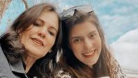 <p>Saat foto berdua gini, Carissa terlihat seperti lagi nongkrong bareng temannya ya, Bunda? (Foto: Instagram @carissa_puteri)</p>
