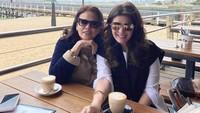 <p>Sejak Maret lalu, Carissa Puteri menetap di Australia, Bunda. Di masa new normal, ia masih sempat ngopi sambil nongkrong bareng ibu mertua. (Foto: Instagram @carissa_puteri)</p>