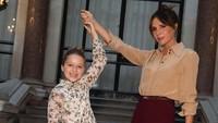 <p>Dalam berbagai kesempatan, Harper sering banget diajak Victoria ke acara fashion show. (Foto: Instagram @victoriabeckham)</p>