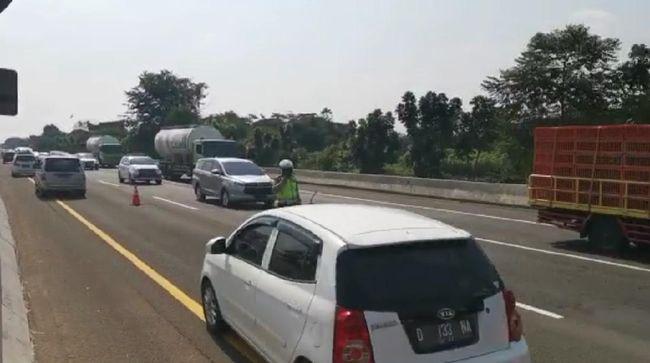 Contraflow pada arus balik Iduladha 1441 H di ruas tol Cikampek-Jakarta diterapkan sejak pukul 13.55 WIB antara KM 66-KM 47 arah Jakarta.