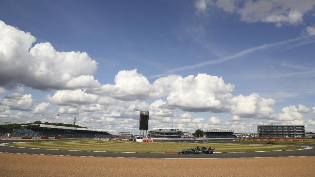 Lewis Hamilton berhasil jadi juara F1 GP Inggris meski mengalami masalah ban depan kiri yang hancur di lap terakhir.