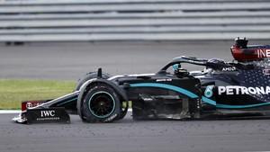 FOTO: Insiden Hamilton Finis dengan Tiga Ban di GP Inggris