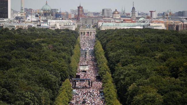 Unjuk rasa di Berlin, Jerman, menentang peraturan pemerintah terkait protokol kesehatan dalam memutus mata rantai penularan Covid-19.