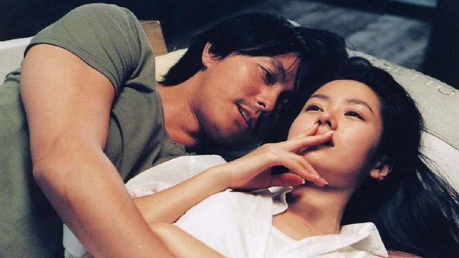 Para sutradara asal Negeri Gingseng mampu memproduksi cerita memengaruhi emosi penonton. Berikut film Korea sedih yang bisa membuat Anda berurai air mata.