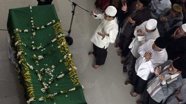 Ketua MUI Kecamatan di Bone mendadak ambruk dari podium setelah jeda hening saat dia membacakan doa sambil mempraktikkan cara memandikan jenazah.