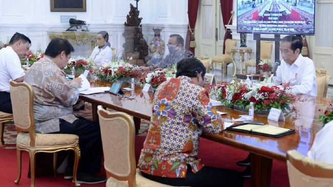 Saat memberi pengarahan dalam Ratas pada Senin siang, Presiden Jokowi kembali menyinggung soal aura krisis Covid-19 yang belum ia lihat di kementerian/lembaga.