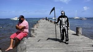FOTO: Santai di Pantai bersama 'Malaikat Pencabut Nyawa'