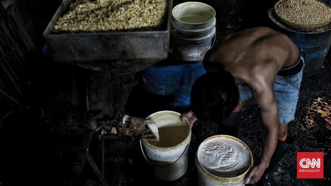 Industri tahu di Jakarta, salah satunya di Duren Tiga masih mencoba bertahan di tengah penyebaran wabah virus corona.
