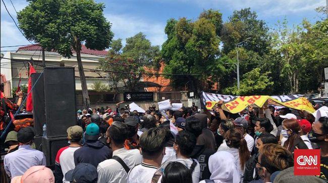 Ratusan pekerja hiburan malam berunjuk rasa mendesak Wali Kota Surabaya Tri Rismaharini membuka kembali tempat karaoke dan diskotek di masa pandemi.