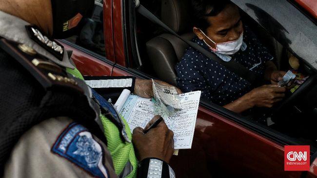 Pelanggar ruas jalan ganjil genap di DKI Jakarta mulai ditilang hari ini setelah sebelumnya dilakukan sosialisasi selama beberapa hari.