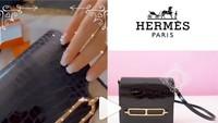 <p>Salah satu kado fantastis yang didapat Syahrini adalah sebuah Tas Hermes. Diintip dari Instagram @fashionsyahrini, tidak tanggung-tanggung harga tas ini mencapai Rp320 juta lho. (Foto: Instagram @fashionsyahrini.)</p>