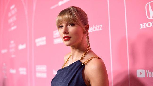 Taylor Swift memamerkan secuplik potongan lagu legendarisnya, Love Story, versi hasil rekaman ulang.
