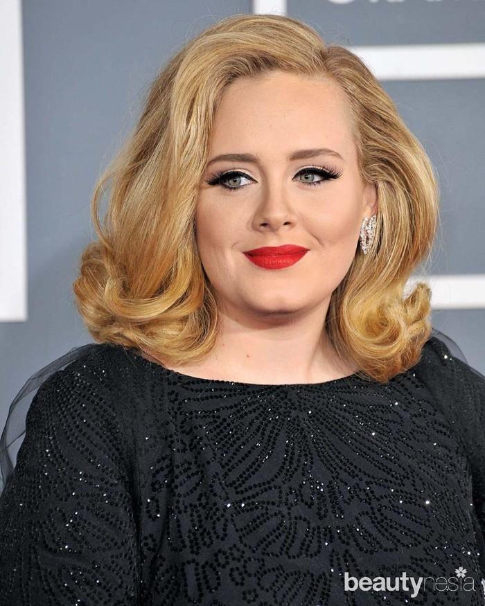 Selain bersuara merdu, Adele juga dikenal berbadan subur alias gemuk. Namun, seiring berjalannya waktu, penampilan penyanyi 32 tahun itu terus berubah. Bobot tubuhnya terus menurun. Badannya mulai menyusut pada awal 2016 meski belum tampak langsing. (Foto: https://www.instagram.com/adele.club/)