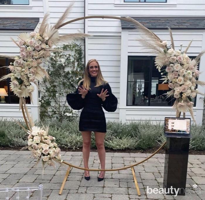 Pada ulang tahunnya yang ke-32 tahun 5 Mei 2020, Adele kembali mengunggah foto dirinya yang terus semakin langsing. Ia terlihat mengenakan minidresshitam dengan kaki yang tampak jenjang serta wajah semakin tirus. Bentuk tubuh Adele tampak ideal. (Foto: https://www.instagram.com/adele.club/)