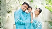 <p>Pasangan yang menikah pada 8 November 2017 ini terlihat kompak dan bahagiamenjelang kehadiran anggota baru di keluarga mereka. (Foto: Instagram @dierabachir)</p>