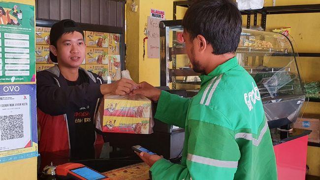 Selain bisa mempertahankan omzet Rp100 juta sebulan, hasil usaha Ayam Geprek Bu Deasy bisa digunakan untuk mencicil rumah dan menghidupi 5 karyawan.