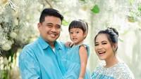 <p>Kahiyang melakukan maternity shoot bersama anak pertamanya, Sedah Mirah dan sang suami, Bobby Nasution. (Foto: Instagram @dierabachir)</p>