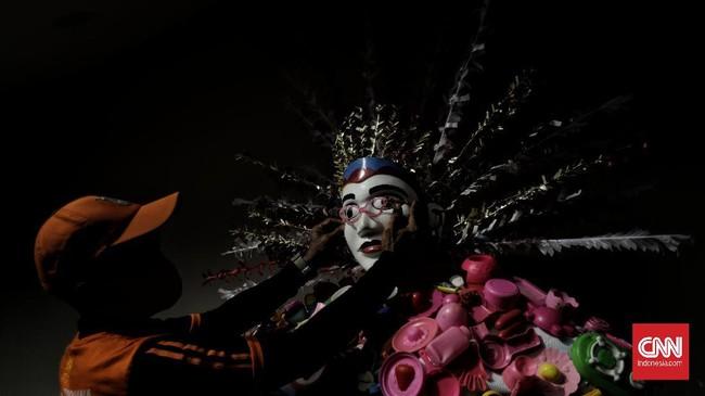 Ondel-ondel tersebut dibuat dari limbah plastik, dengan warna-warni yang membuat penampilan warisan budaya Betawi itu terlihat lebih meriah.