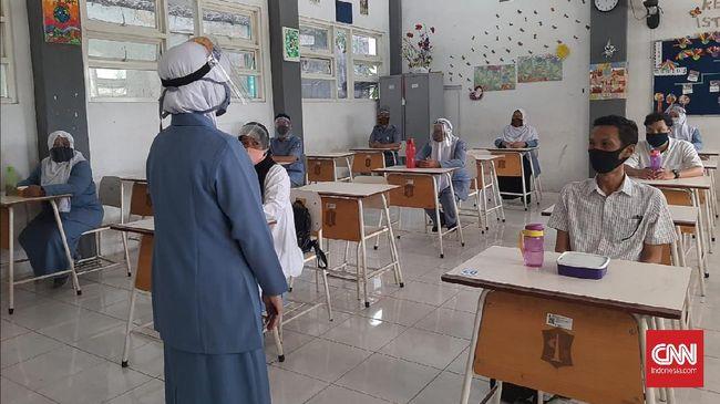 Pemkot Surabaya berencana membuka kembali kegiatan belajar mengajar di 21 sekolah jenjang SMP meski masih berstatus zona merah corona.