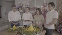 <p>Tak hanya potong kue ulang tahun, namun acara tersebut juga diwarnai dengan potong tumpeng, sebagai bentuk tanda syukur. (Foto: Instagram @princessyahrini)</p>