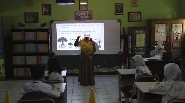 Empat sekolah di Kota Bekasi, Jawa Barat diperbolehkan kembali menggelar kegiatan belajar mengajar tatap muka di tengah pandemi dengan protokol kesehatan ketat.