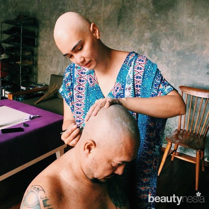 Tak lagi nyaris botak dengan rambut-rambut tipis, kali ini Feby Febiola benar-benar menggunduli rambutnya. Walau tampil tanpa rambut dan berkepala plontos, pemeran Tante Amerika di sinetronTersanjungini tetap terlihat cantik dan bersinar. Agar semakin konpak dengan sang istri, Franky Sihombing rela menggunduli kepalanya. (Foto: https://www.instagram.com/febyfebiola_/)