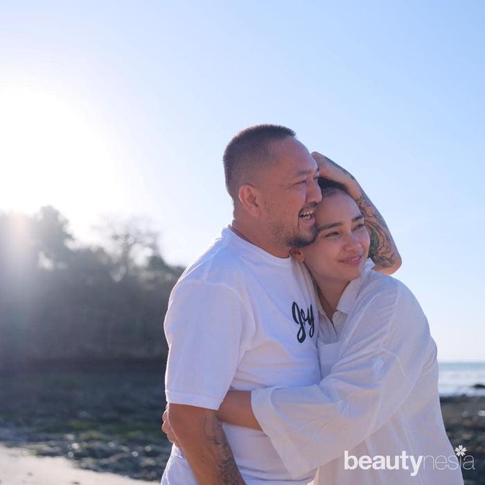 Walau tak lagi muda, pasangan artis yang populer di era 90-an ini tetap romantis. Keduanya kerap berbagi momen mesra dan intim berdua. Seperti dalam foto yang baru dipostingnya ini, Franky mencium bibir Feby Febiola dengan latar sawah khas pedesaan di Bali. (Foto: https://www.instagram.com/frankysihombingz/)