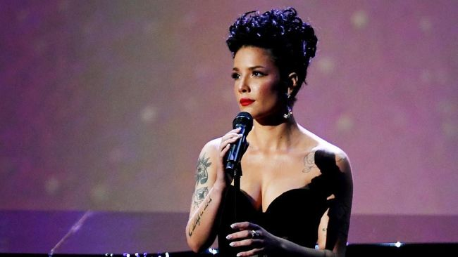 Halsey menilai Grammy Awards tak melulu soal kualitas musik, tetapi juga bagaimana mendulang iklan. Ia pun yakin ucapannya membuat dirinya masuk 'blacklist'.