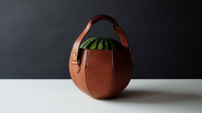 Seorang perajin tas kulit dari Jepang membuat sebuah tas kulit mewah yang khusus untuk membawa semangka.