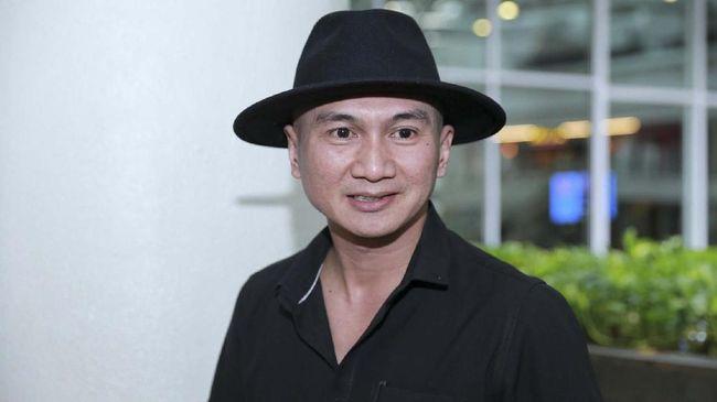 Polisi menyebutkan bahwa musisi Erdian Aji Prihartanto alias Anji ditangkap ketika sedang sendiri di dalam studio di Cibubur.
